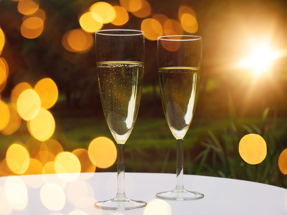 Types of champagne glasses